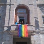 Giornata contro l'omofobia, la bandiera arcobaleno sul balcone del Comune