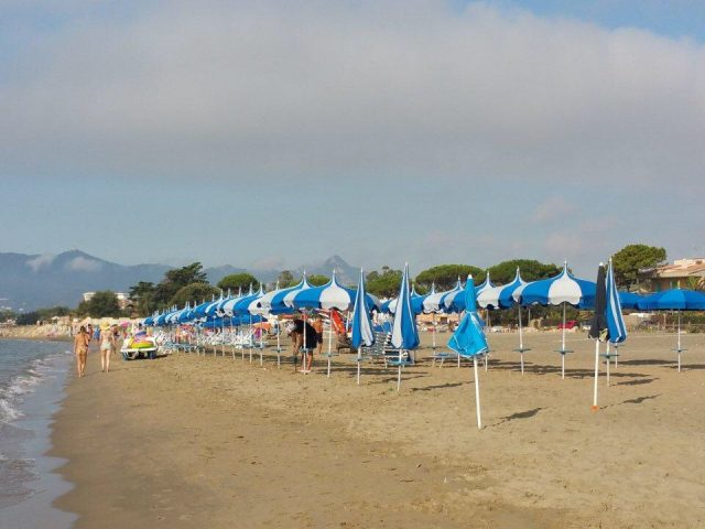 FOTO/Mille metri di spiaggia libera trasformati in stabilimento: sequestrati ombrelloni e lettini a Terracina